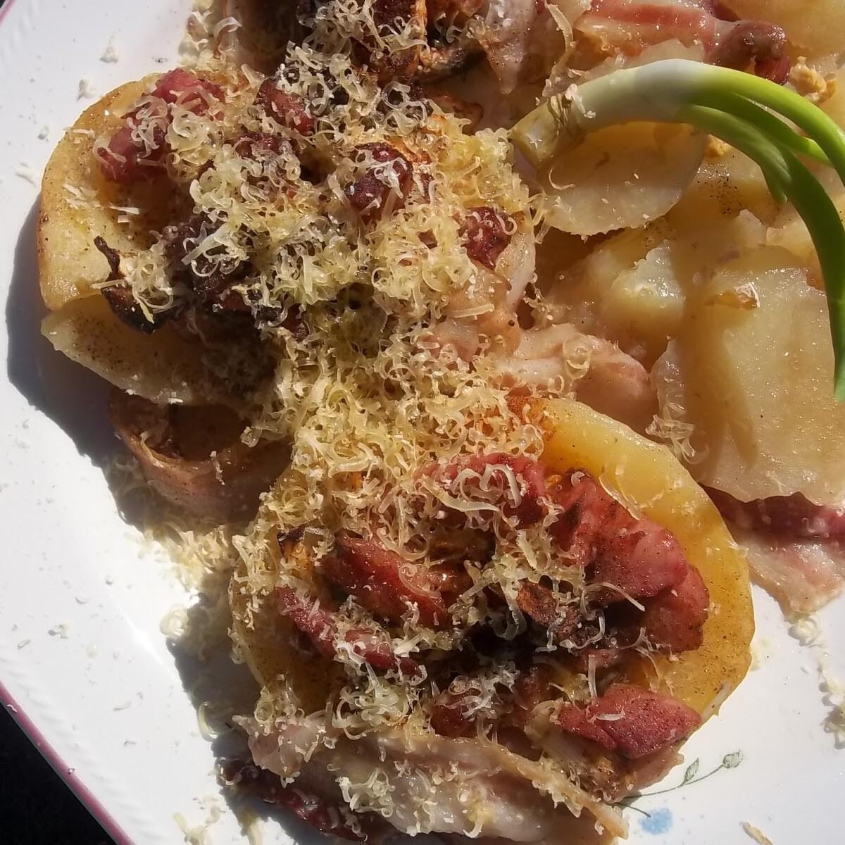 Ezen a képen: Baconba tekert töltött krumpli és gombafejek