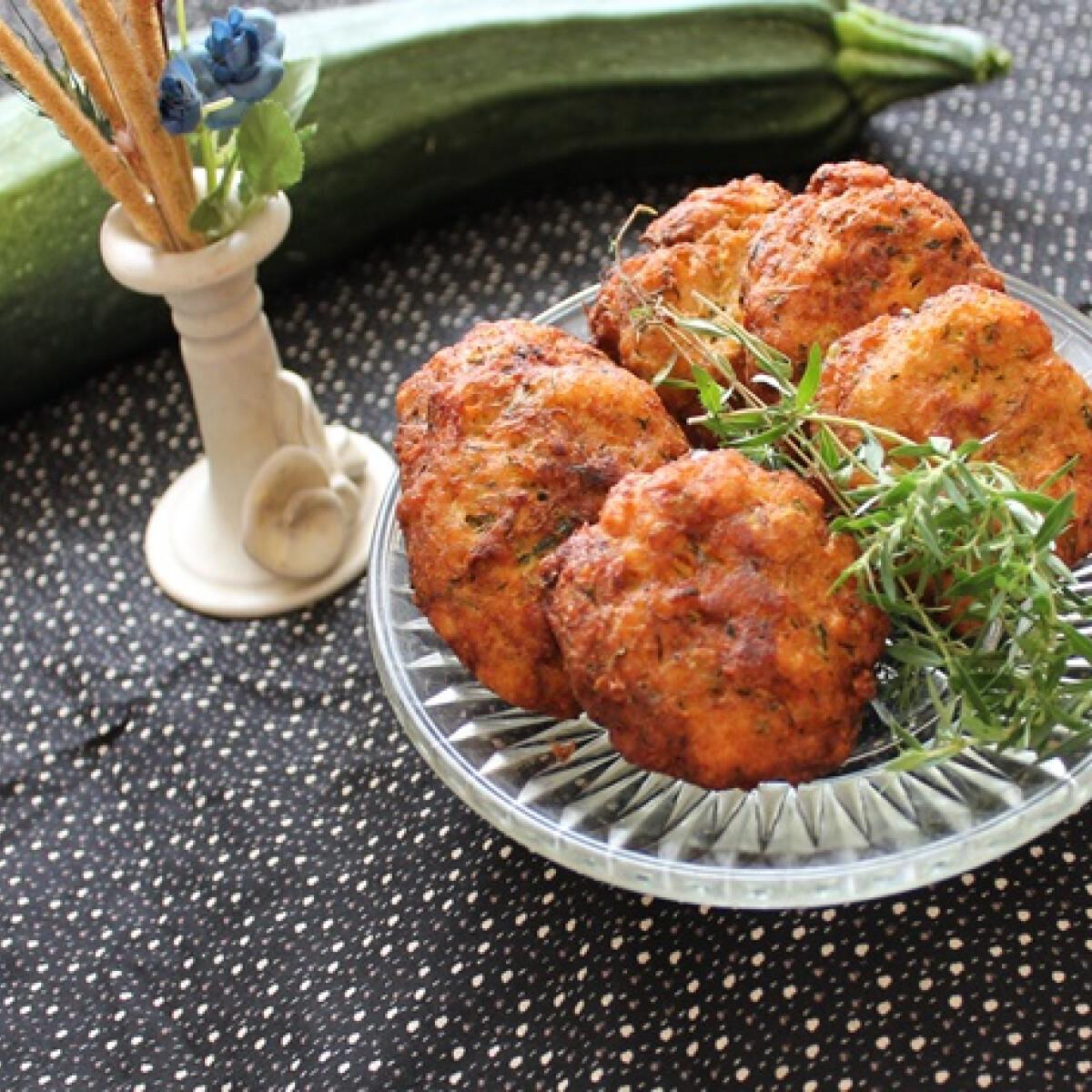 Ezen a képen: Cukkinis csirkemellfasírt zöldfűszerekkel