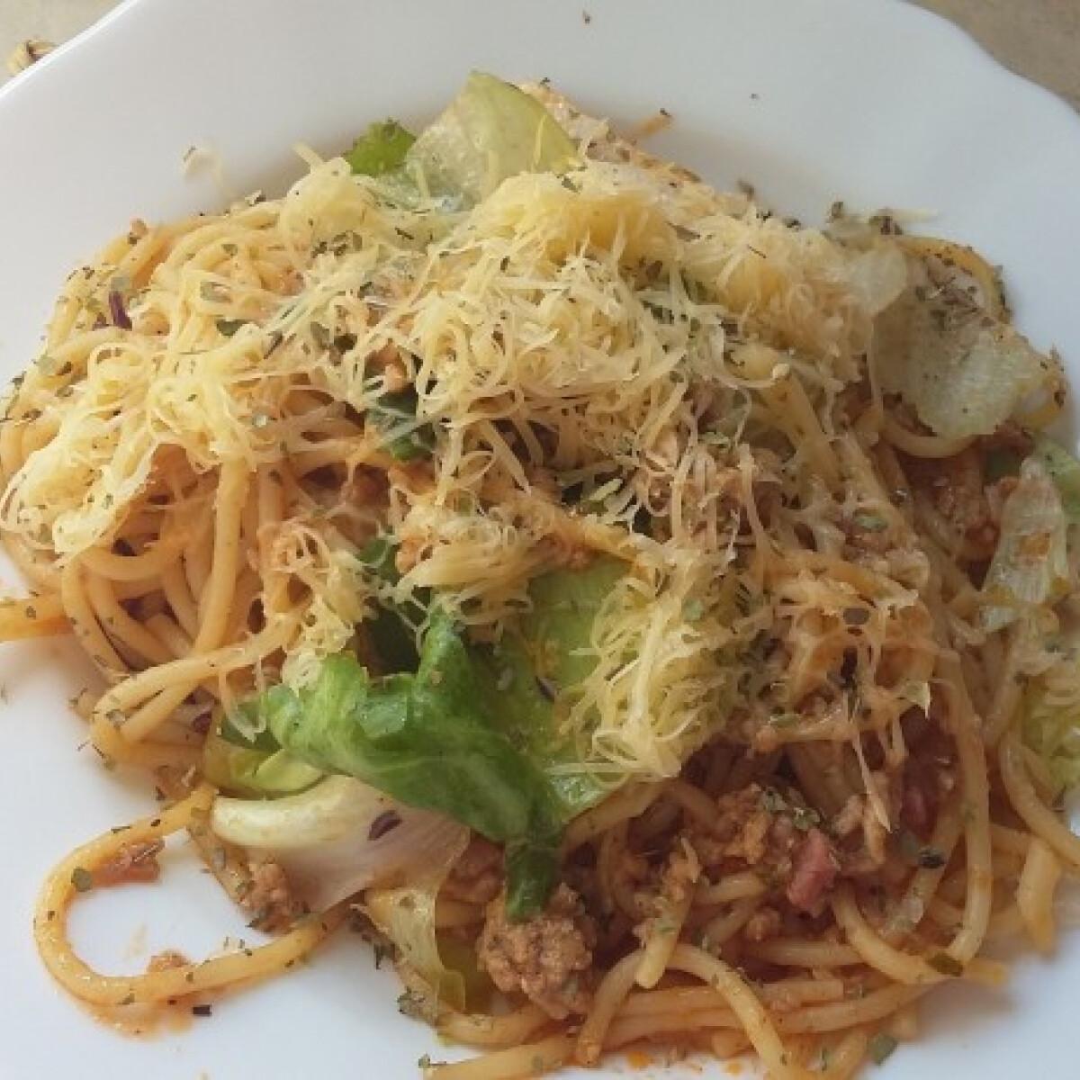 Bolognai spagetti ropogós zöldségekkel