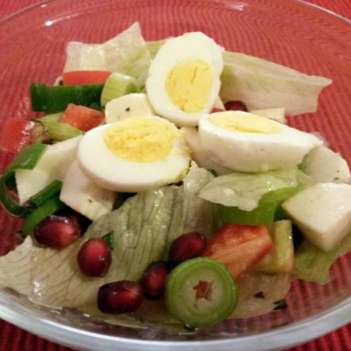 Ezen a képen: Fürjtojásos-gránátalmás saláta