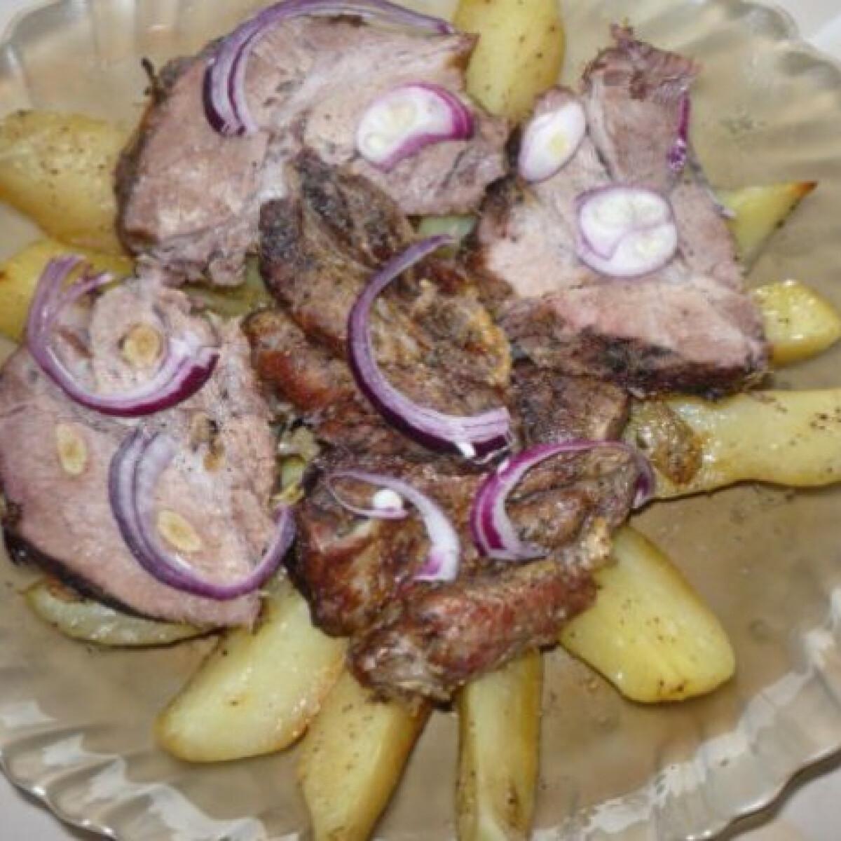 Ezen a képen: Fokhagymával tűzdelt fűszeres tarja vele sült burgonyával