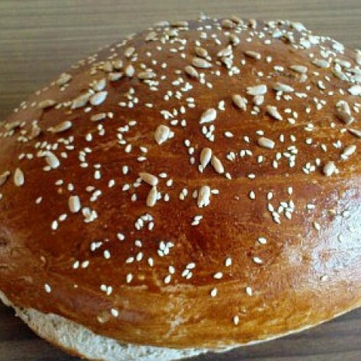 Ezen a képen: Rozsos-magvas kenyér kenyérsütőben