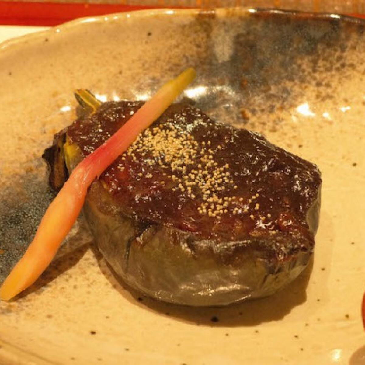 Ezen a képen: Japán miso pasztával sült padlizsán