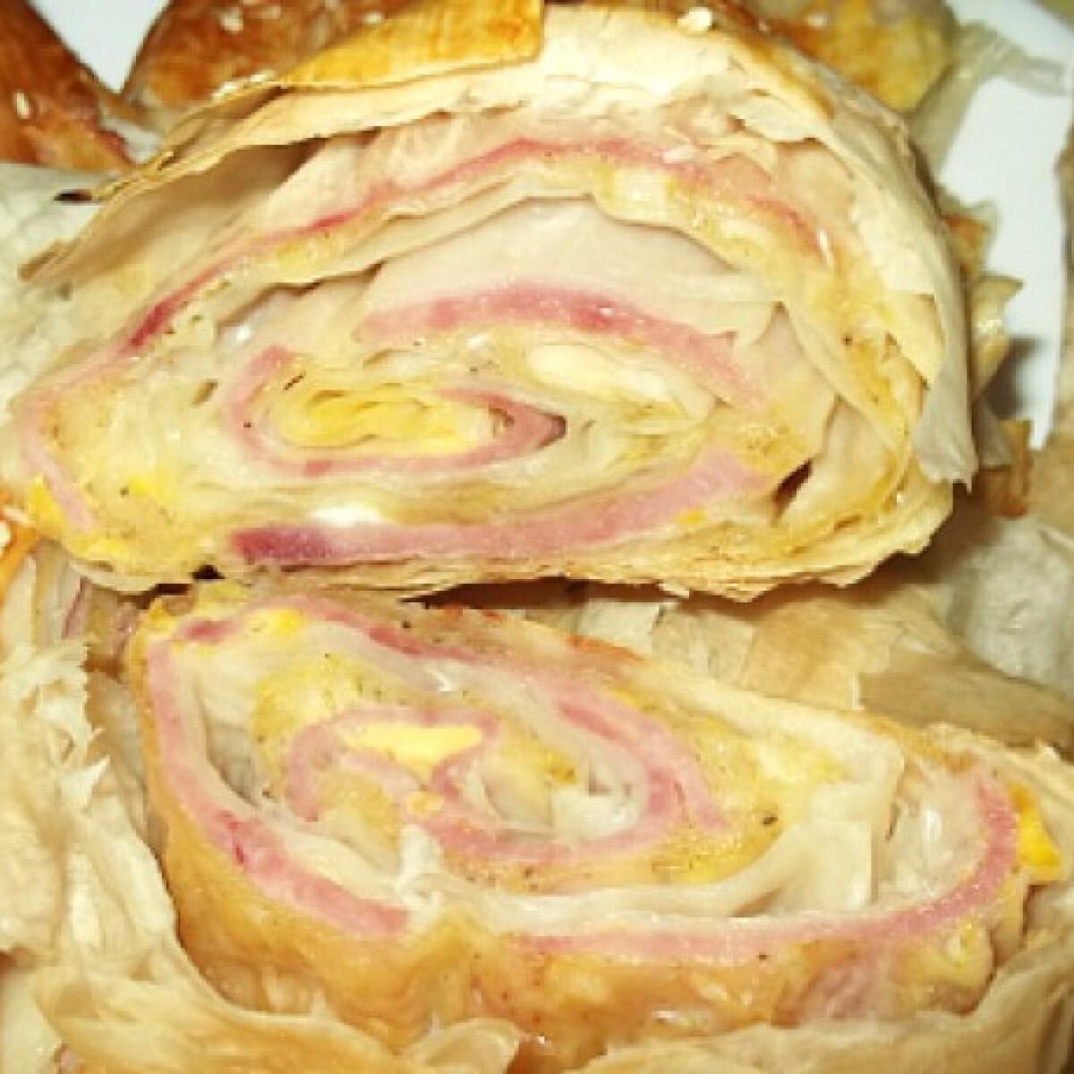 Ezen a képen: Sonkás-sajtos-újhagymás rétes