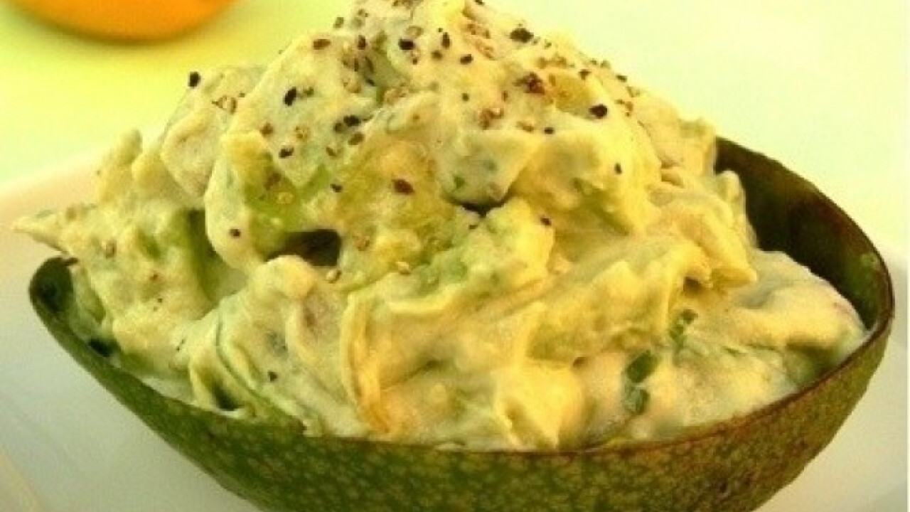 Avokádó-krémsajt saláta