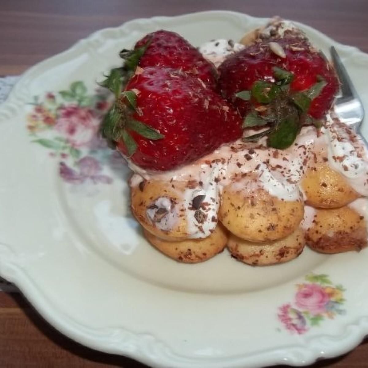 Ezen a képen: Epres-babapiskótás desszert eperlikőrrel