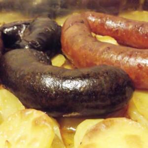Disznótoros hagymás krumplin sütve