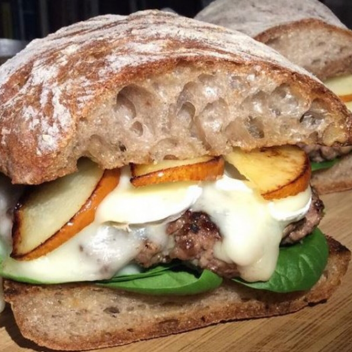 Ezen a képen: Hamburger brie sajttal és karamellizált körtével