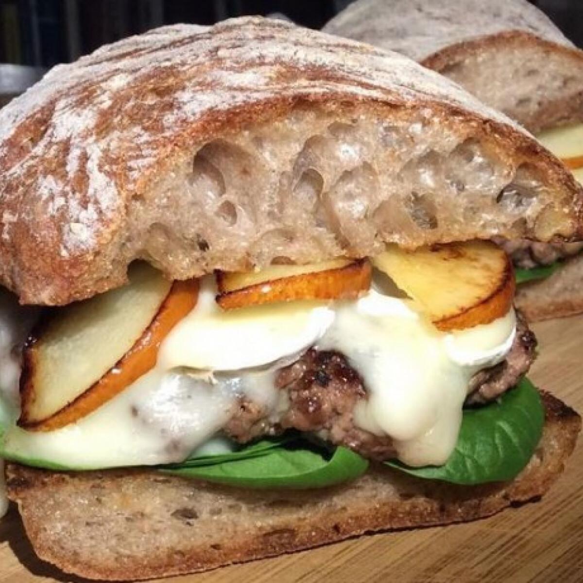 Hamburger brie sajttal és karamellizált körtével