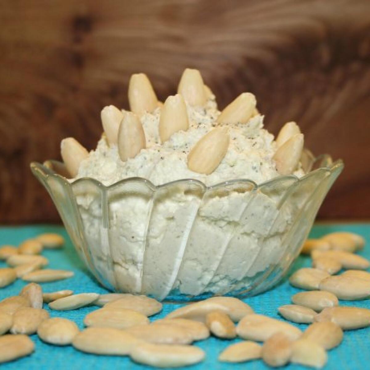 Ezen a képen: Rokfortkrém mandulával, fokhagymával