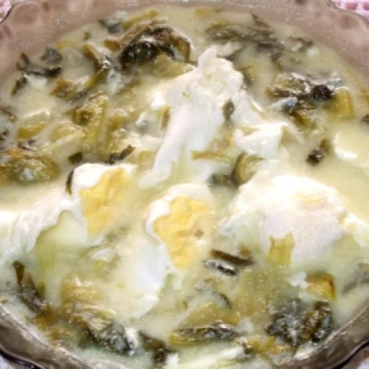 Ezen a képen: Salátaleves buggyantott tojással