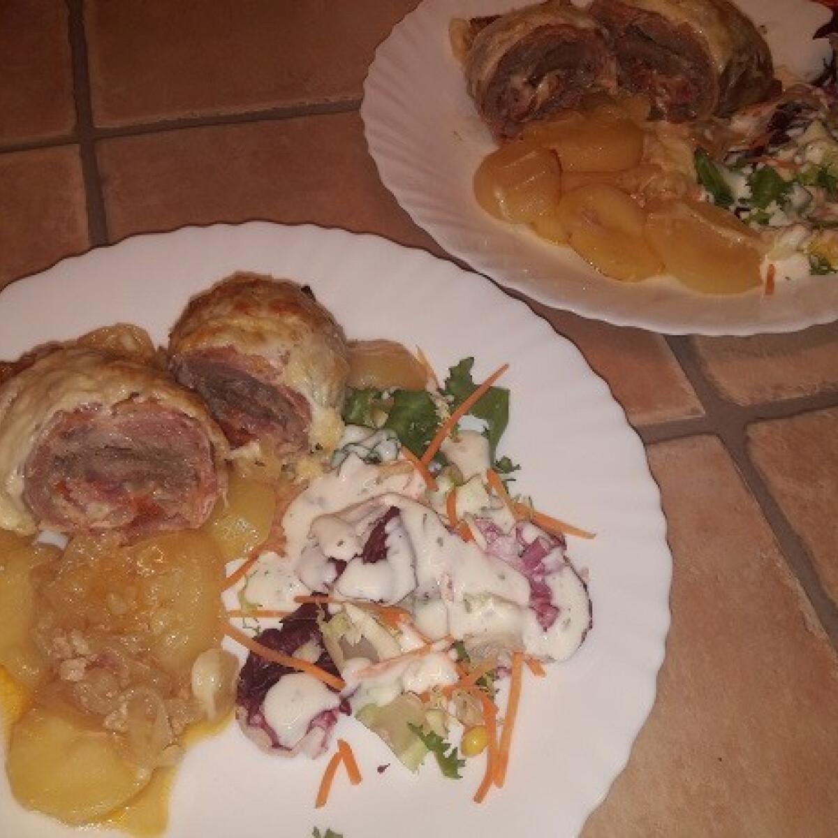 Ezen a képen: Hagymás krumpliágyon sült, baconbe göngyölt töltött tarja