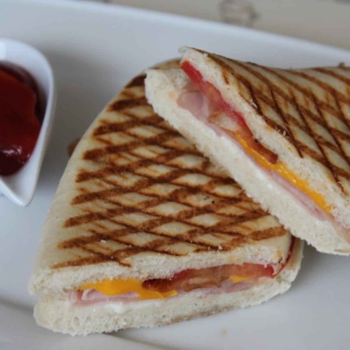 Ezen a képen: Sonkás panini