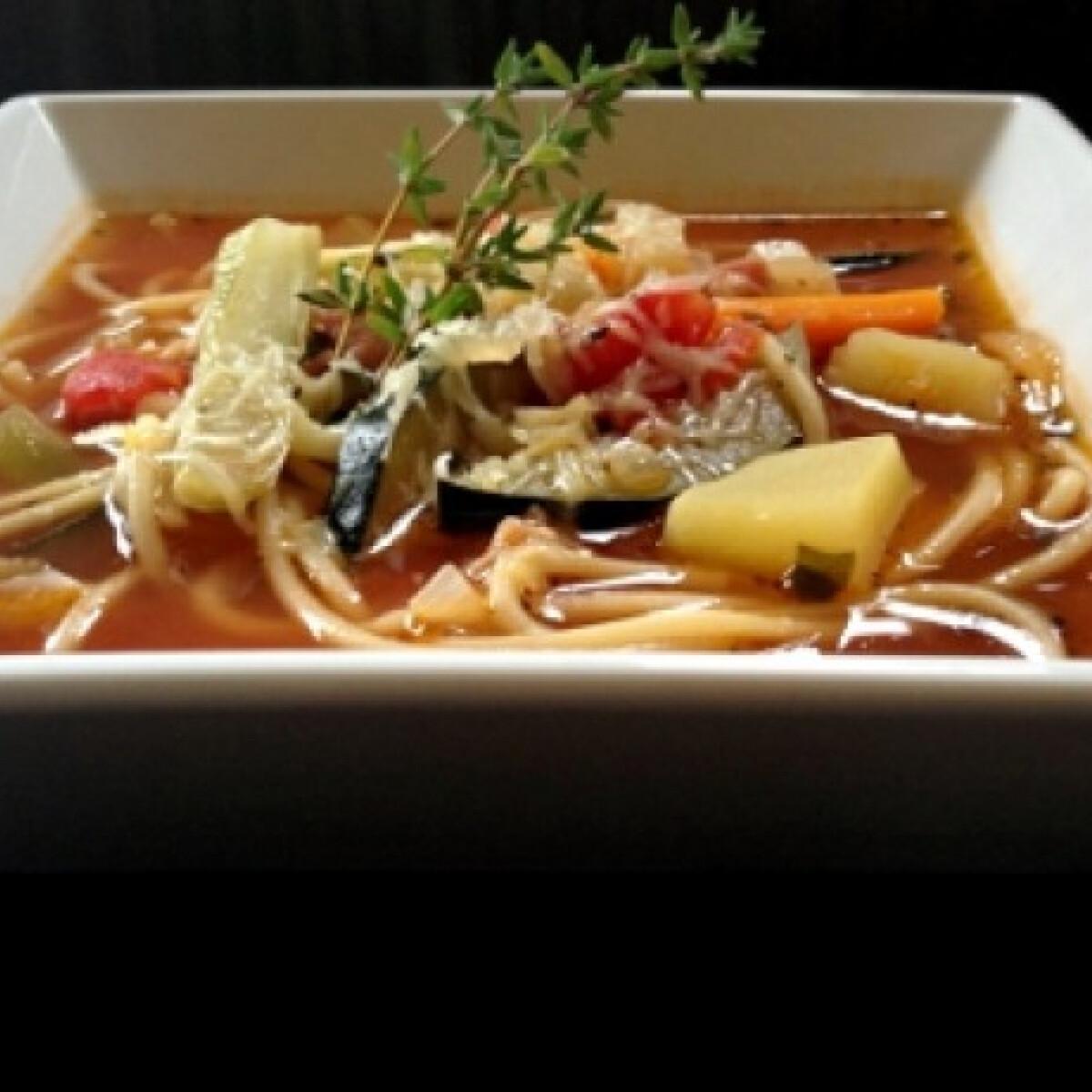 Ezen a képen: Minestrone spagettivel és parmezánnal