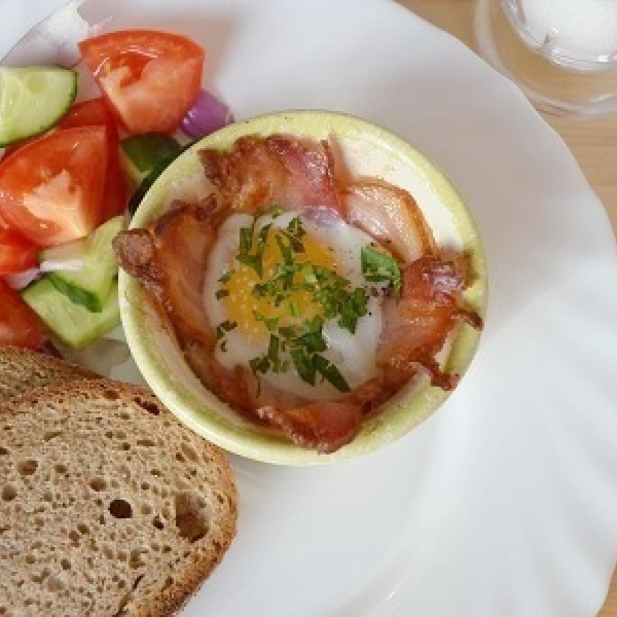 Baconkosárban sült tojás