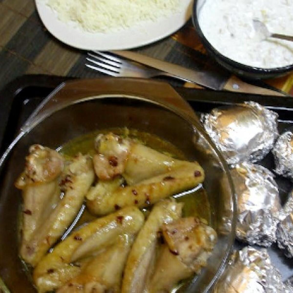 Ezen a képen: Mézes-chilis csirkeszárny fóliás krumplival