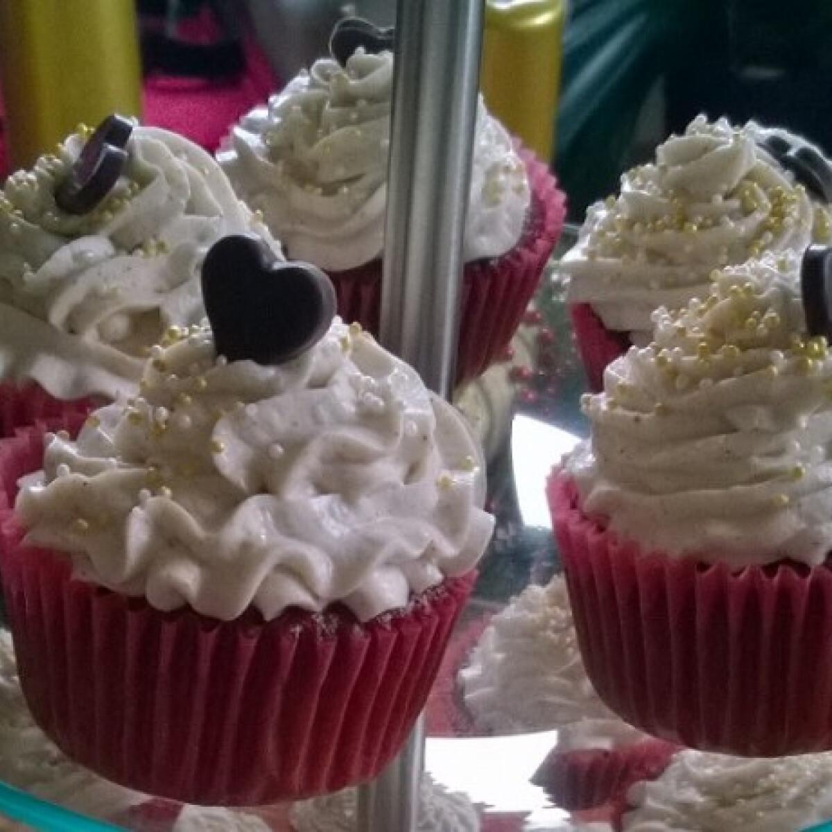 Ezen a képen: Karácsonyi vörösbársony cupcake