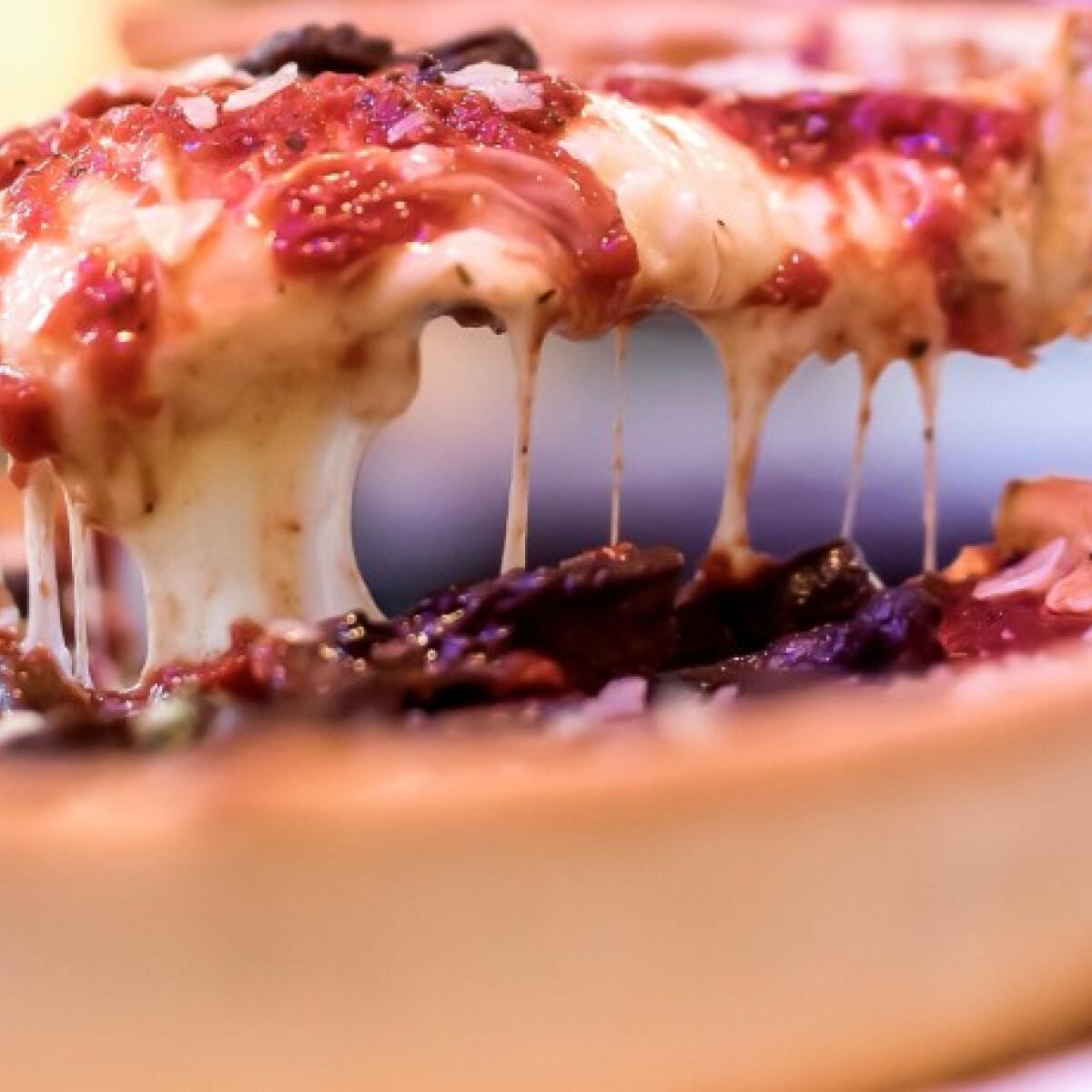 Ezen a képen: Deep dish pizza