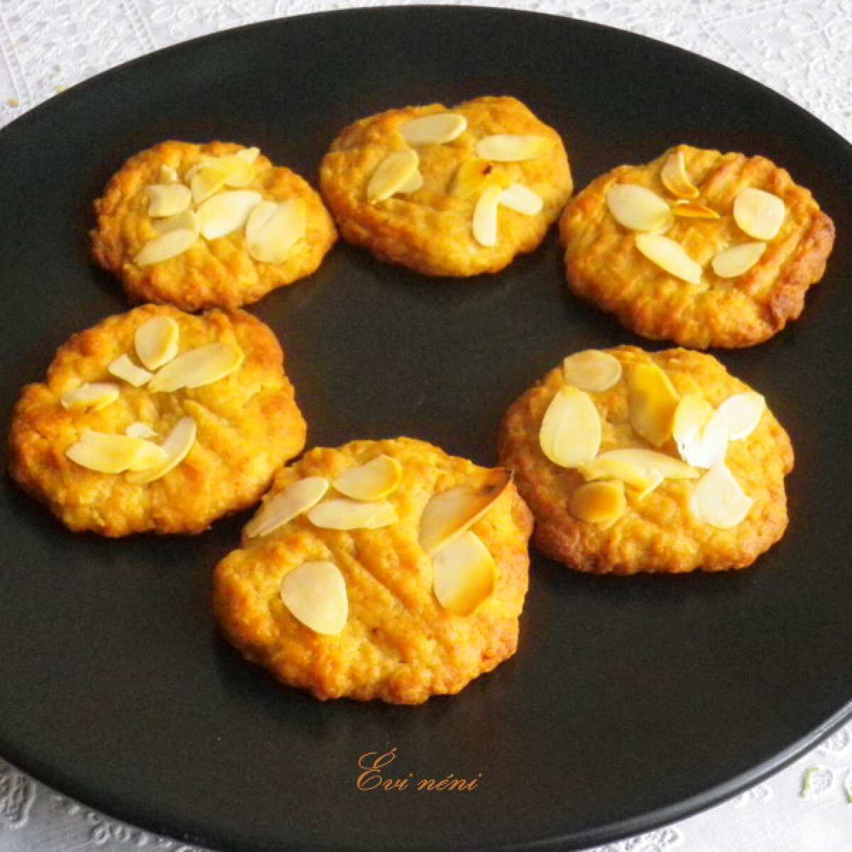 Ezen a képen: Almás-mézes keksz