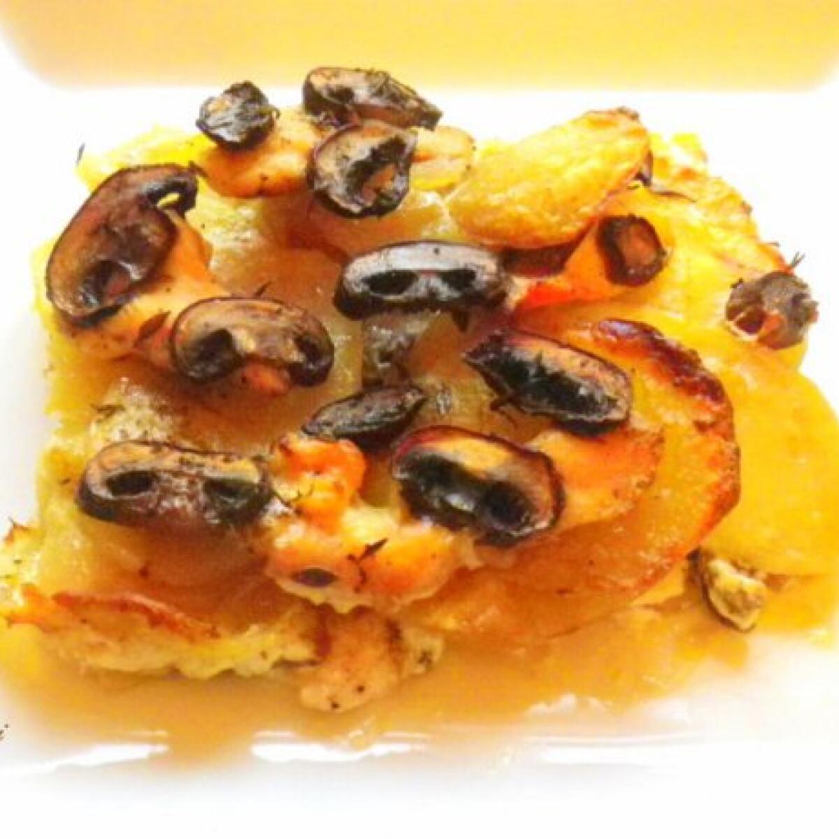 Ezen a képen: Rakott krumpli gombával és csirkemellel