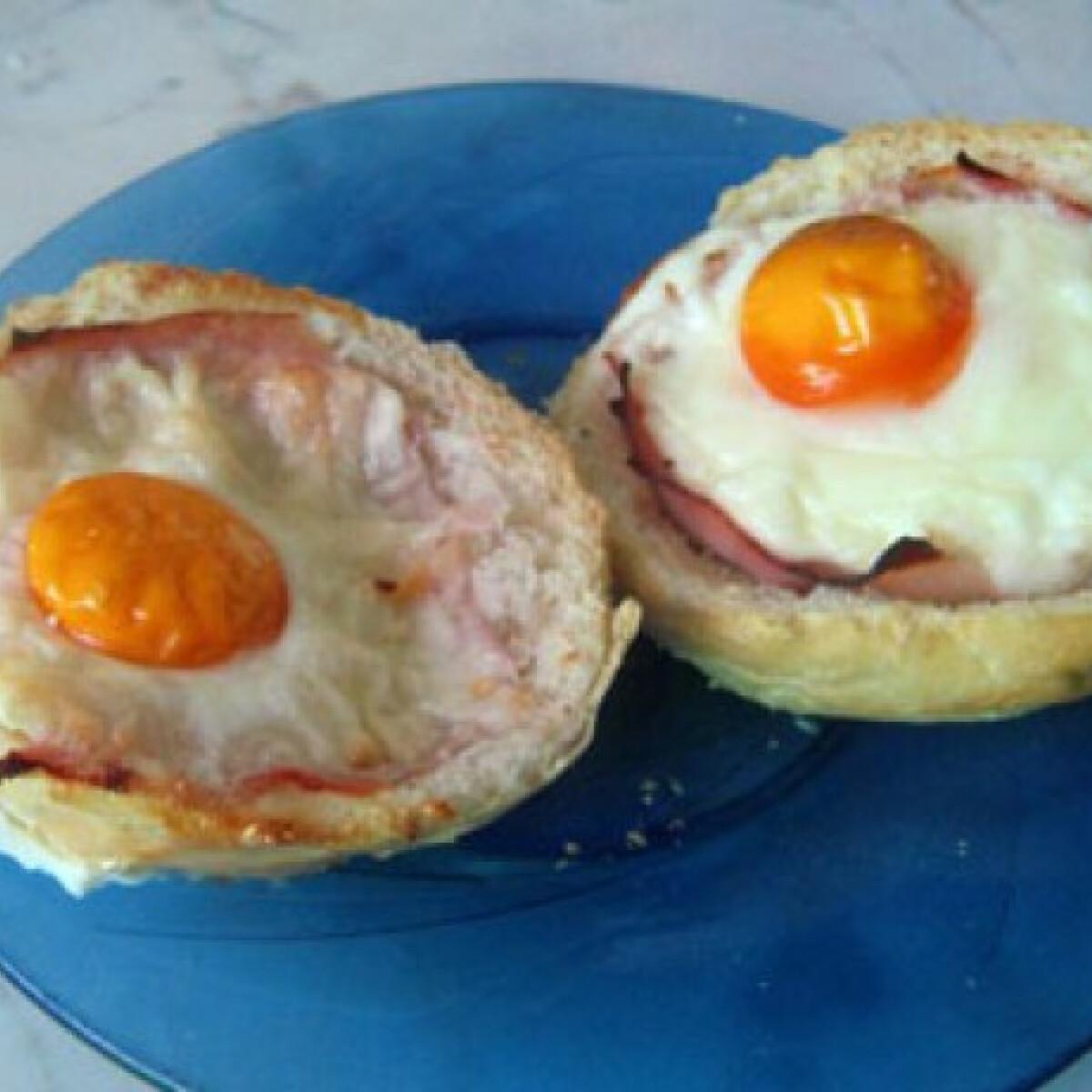 Ezen a képen: Zsemlében sült sonkás tojás