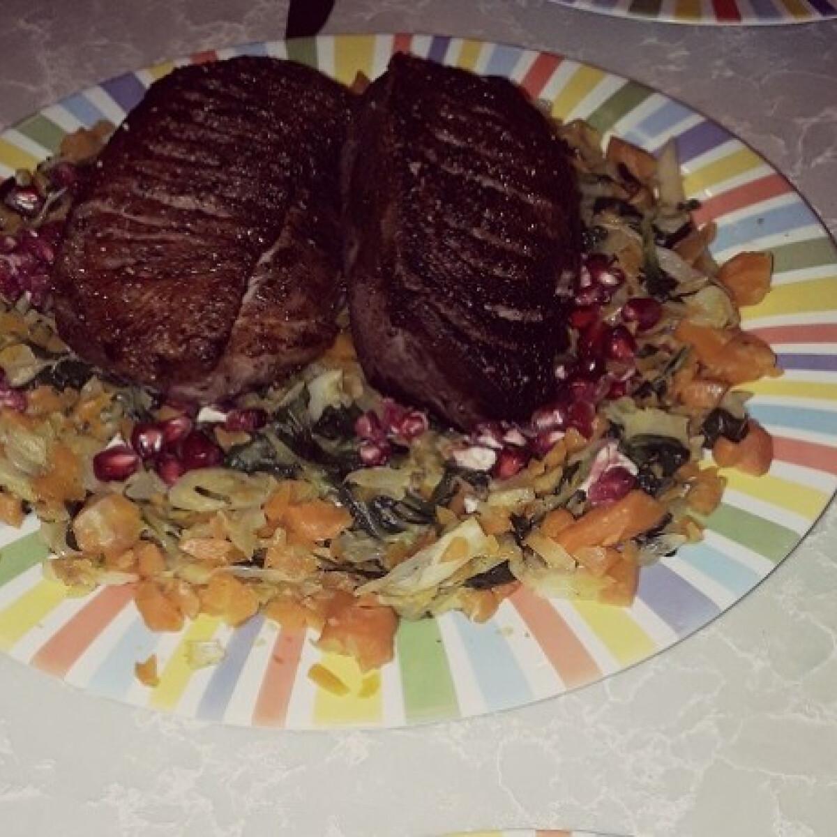 Ezen a képen: Frissen sült libamell meleg salátával