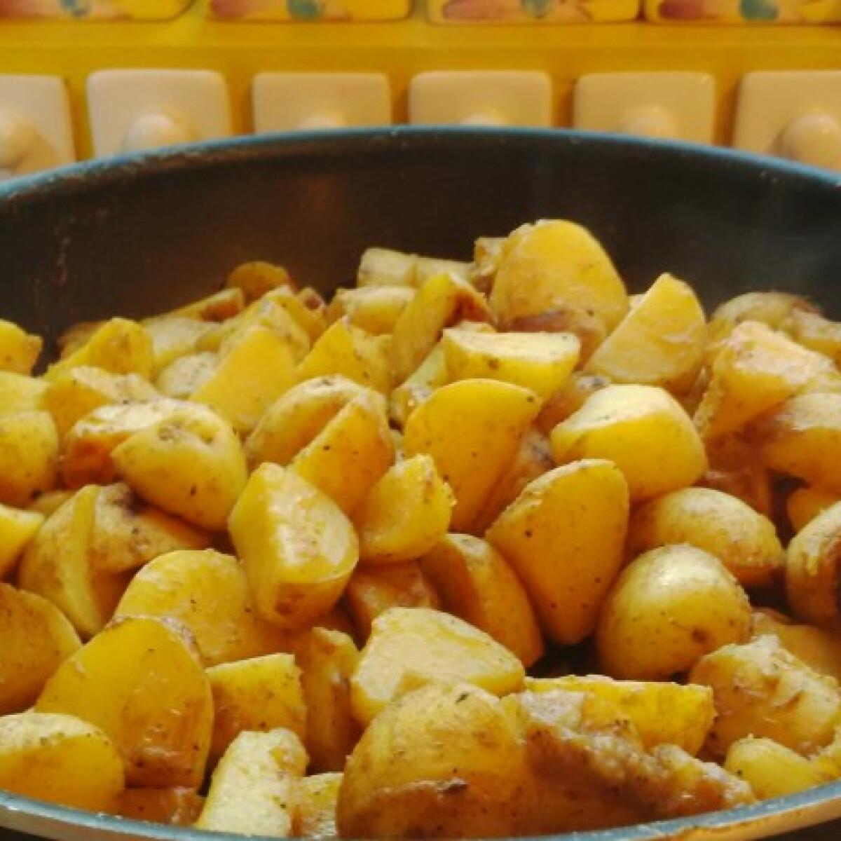 Ezen a képen: Fűszeres, szaftos serpenyős krumpli