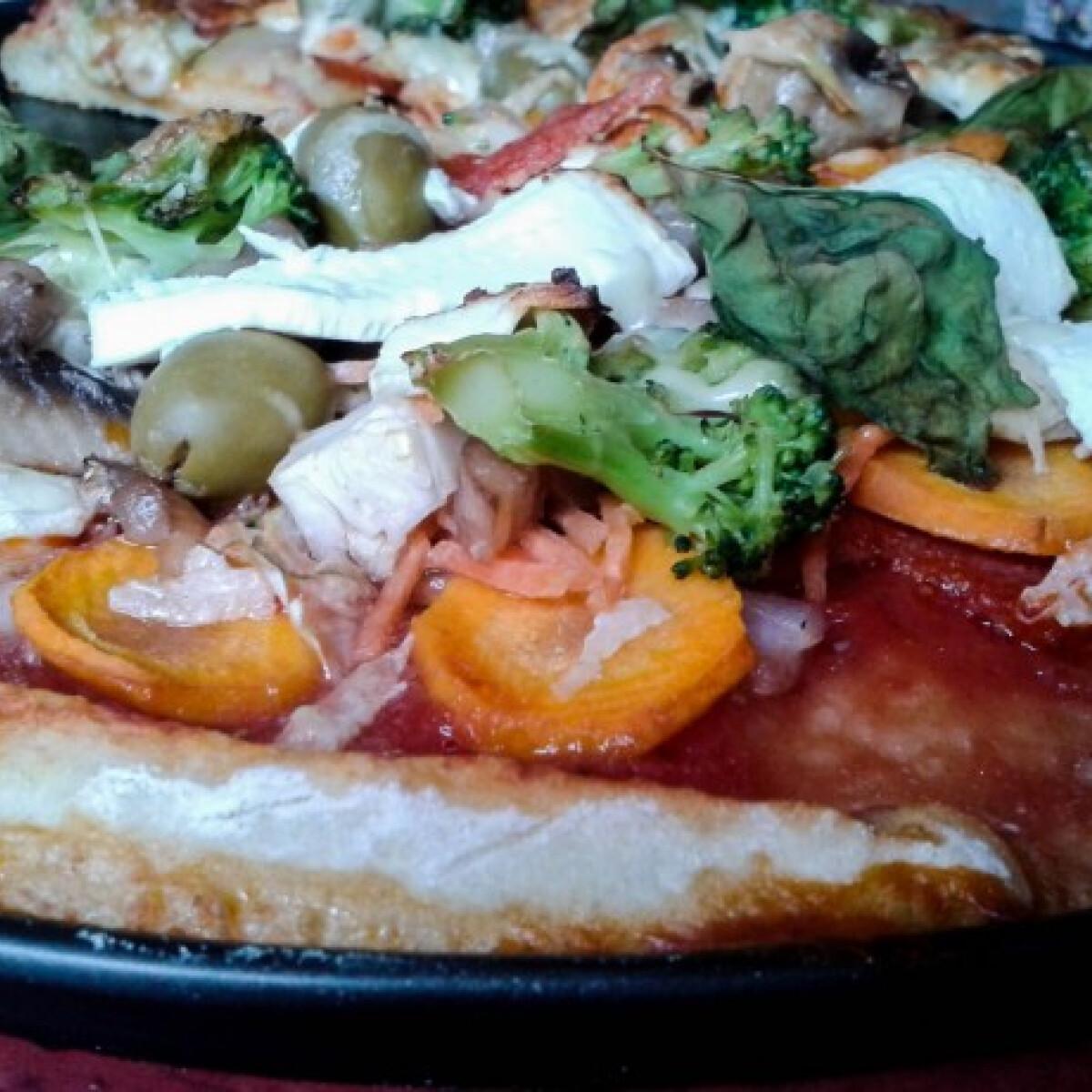 Ezen a képen: Extra zöldséges fetás pizza