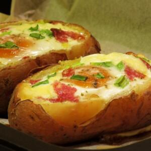 Tojással töltött sajtos sült krumpli