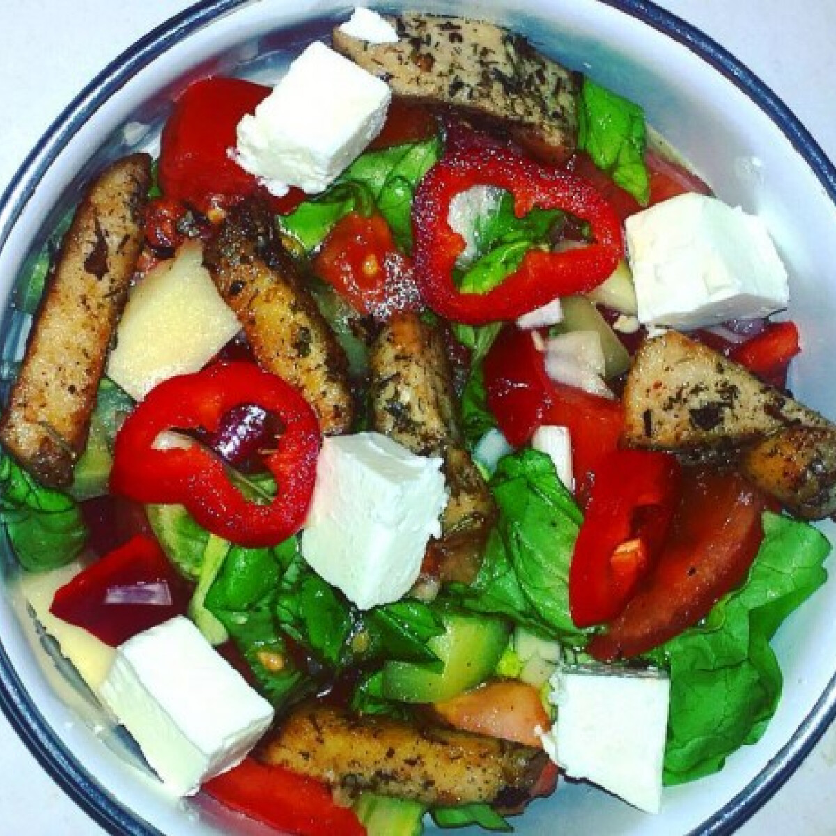 Ezen a képen: Saláta rozmaringos csirkével és fetával
