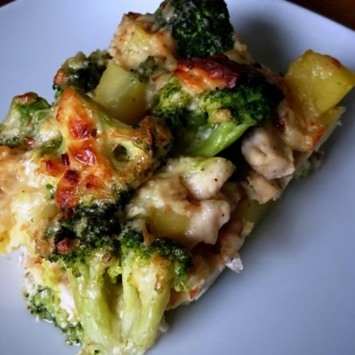 Ezen a képen: Rakott brokkolis csirkemell krumplival, baconnel