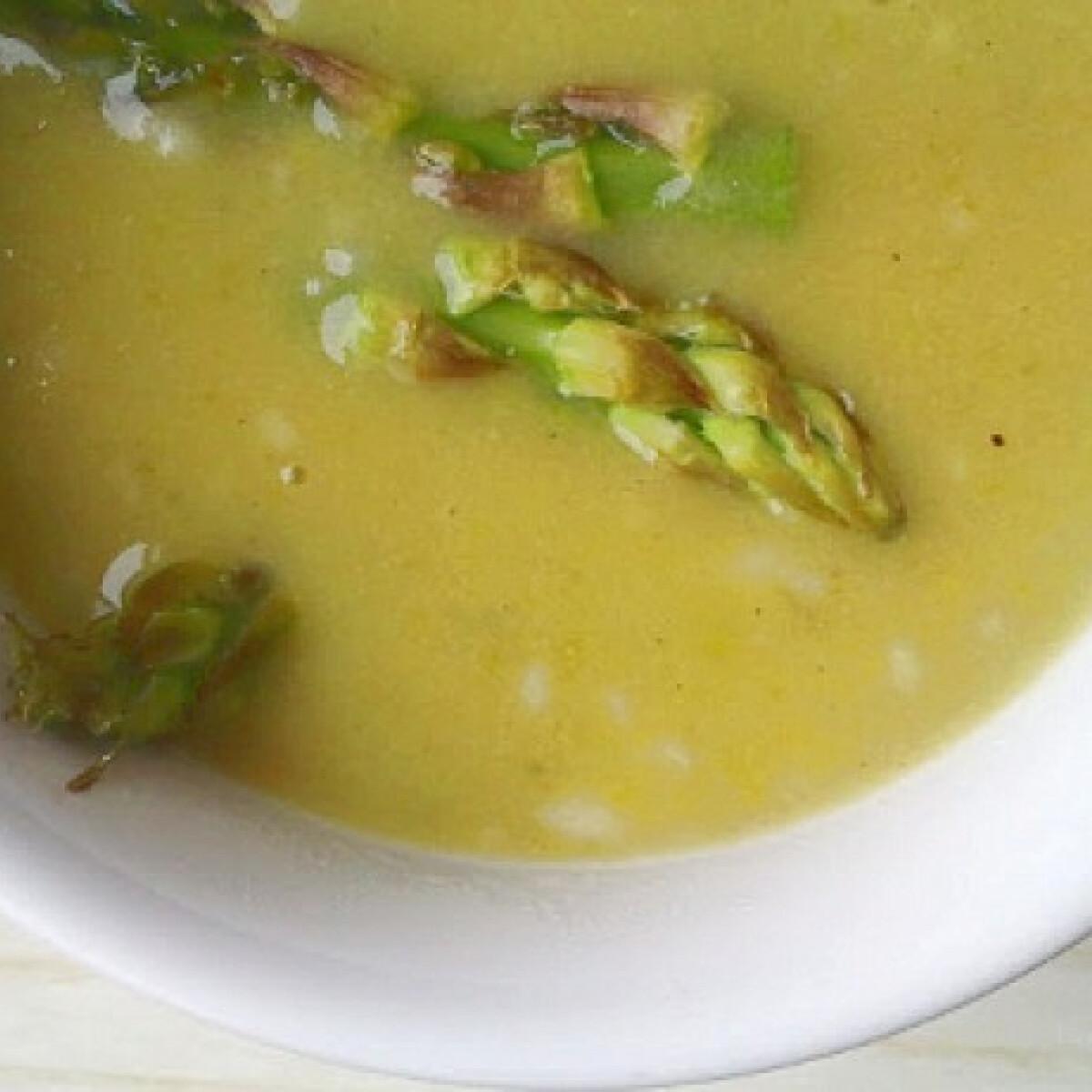 Ezen a képen: Spárgakrémleves Baklavaria konyhájából