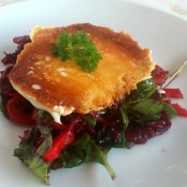 Céklás-bébispenótos saláta sült gouda sajttal
