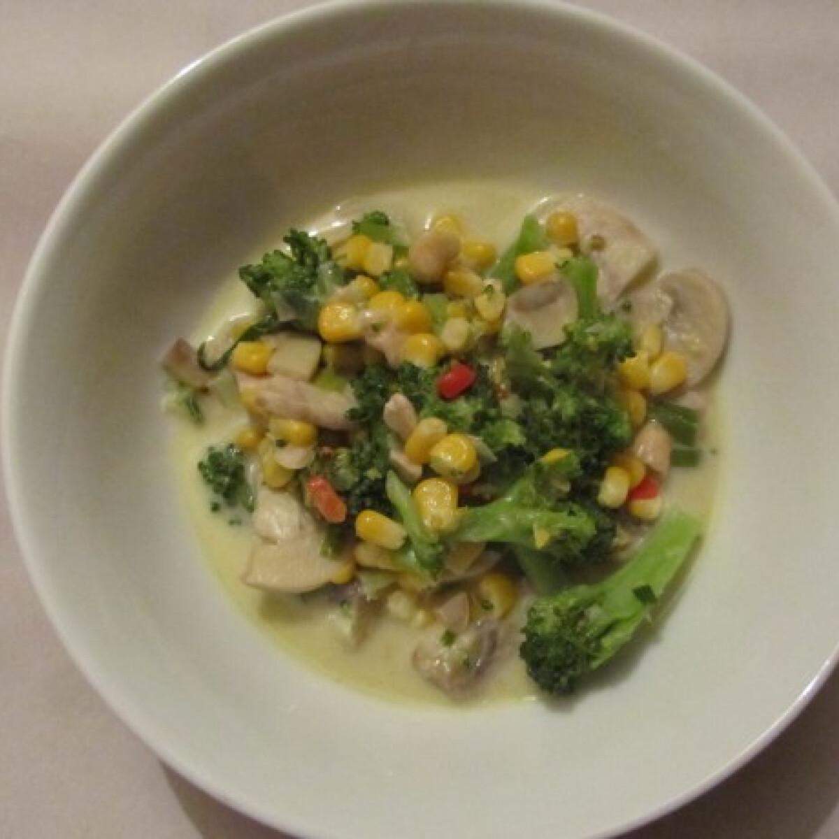 Ezen a képen: Zöld curry gombával, brokkolival, kukoricával