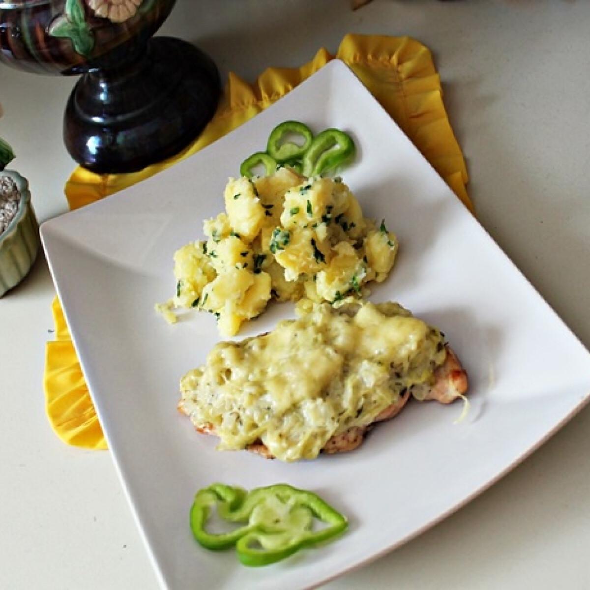 Ezen a képen: Csirkemell sajtos cukkiniraguval borítva
