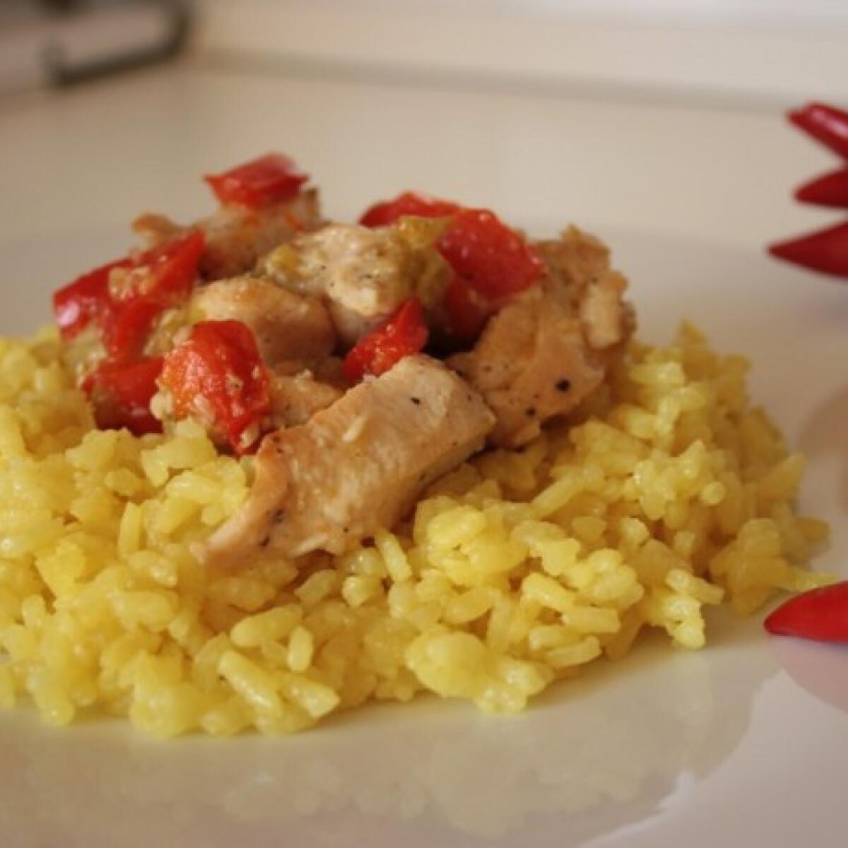 Ezen a képen: Csípős csirke sárga rizzsel