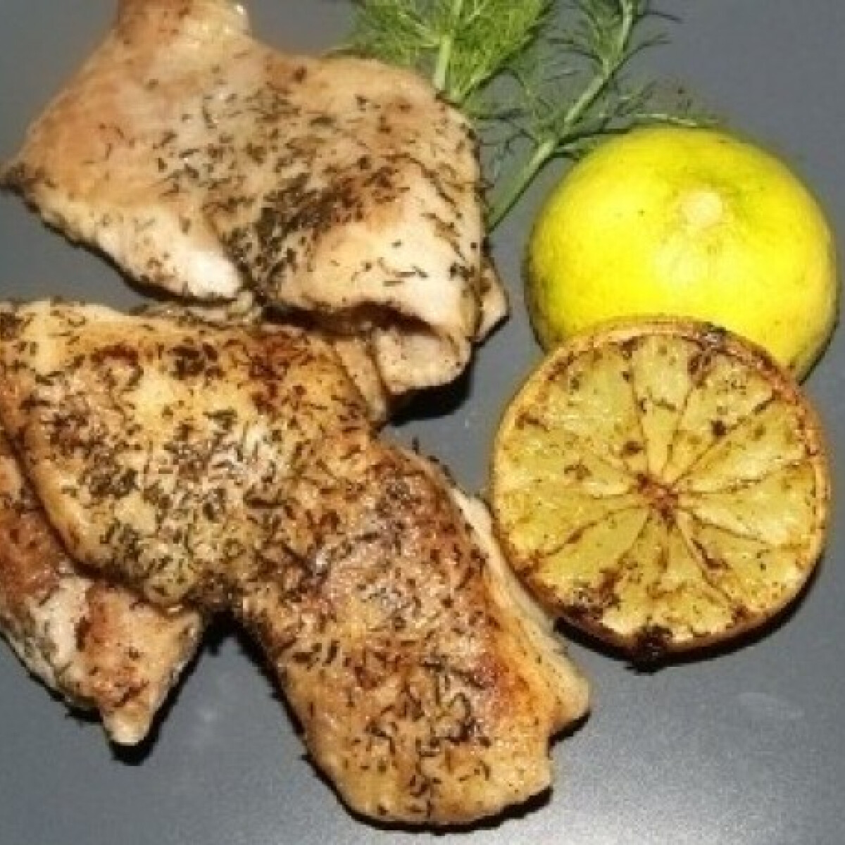 Ezen a képen: Vajban pirított harcsa sült citrommal