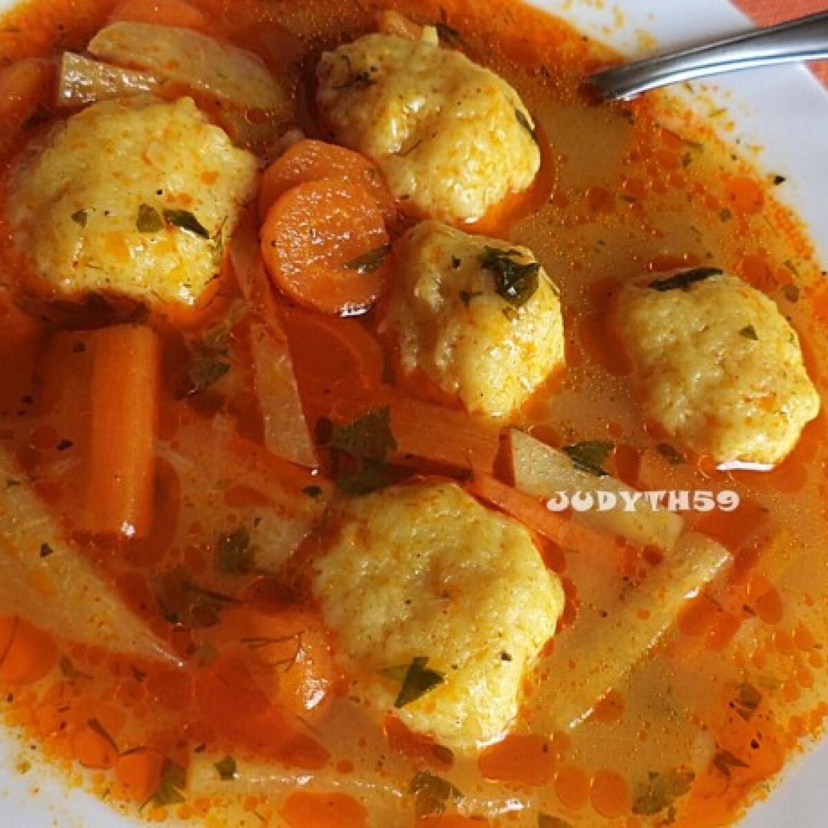 Ezen a képen: Pikáns, könnyű leves sajtgombóccal