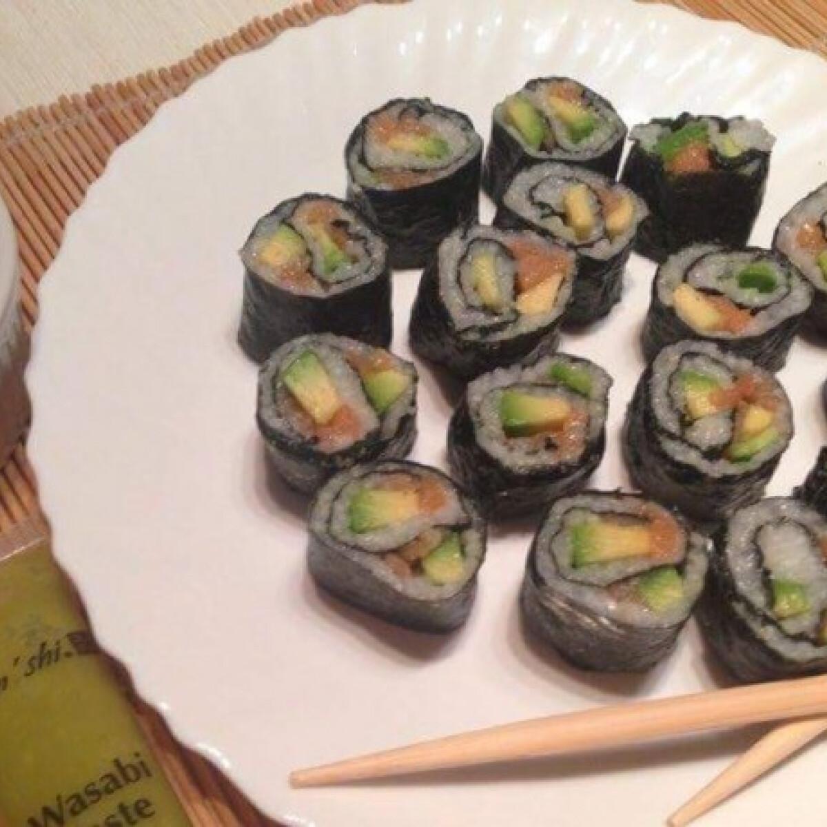 Ezen a képen: Sushi füstölt lazaccal és avokádóval