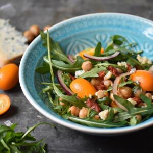 Harisszás-csicseriborsó saláta kumkvattal, kéksajttal és kolbászmorzsával