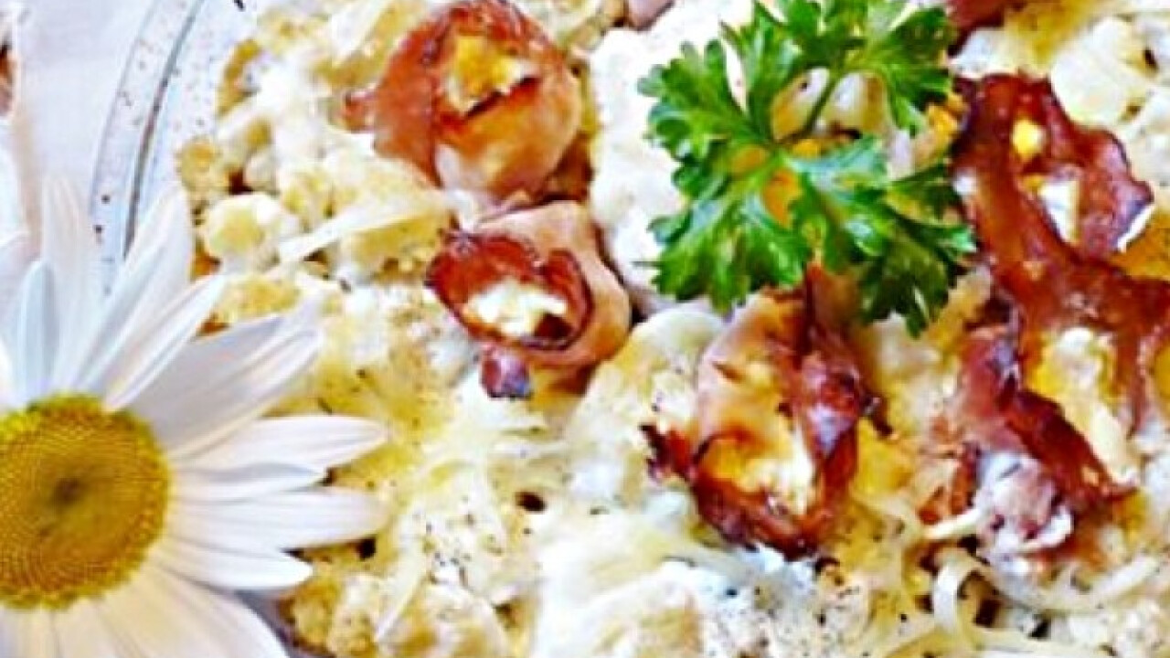Camemberttel töltött sonkarózsak karfiolban