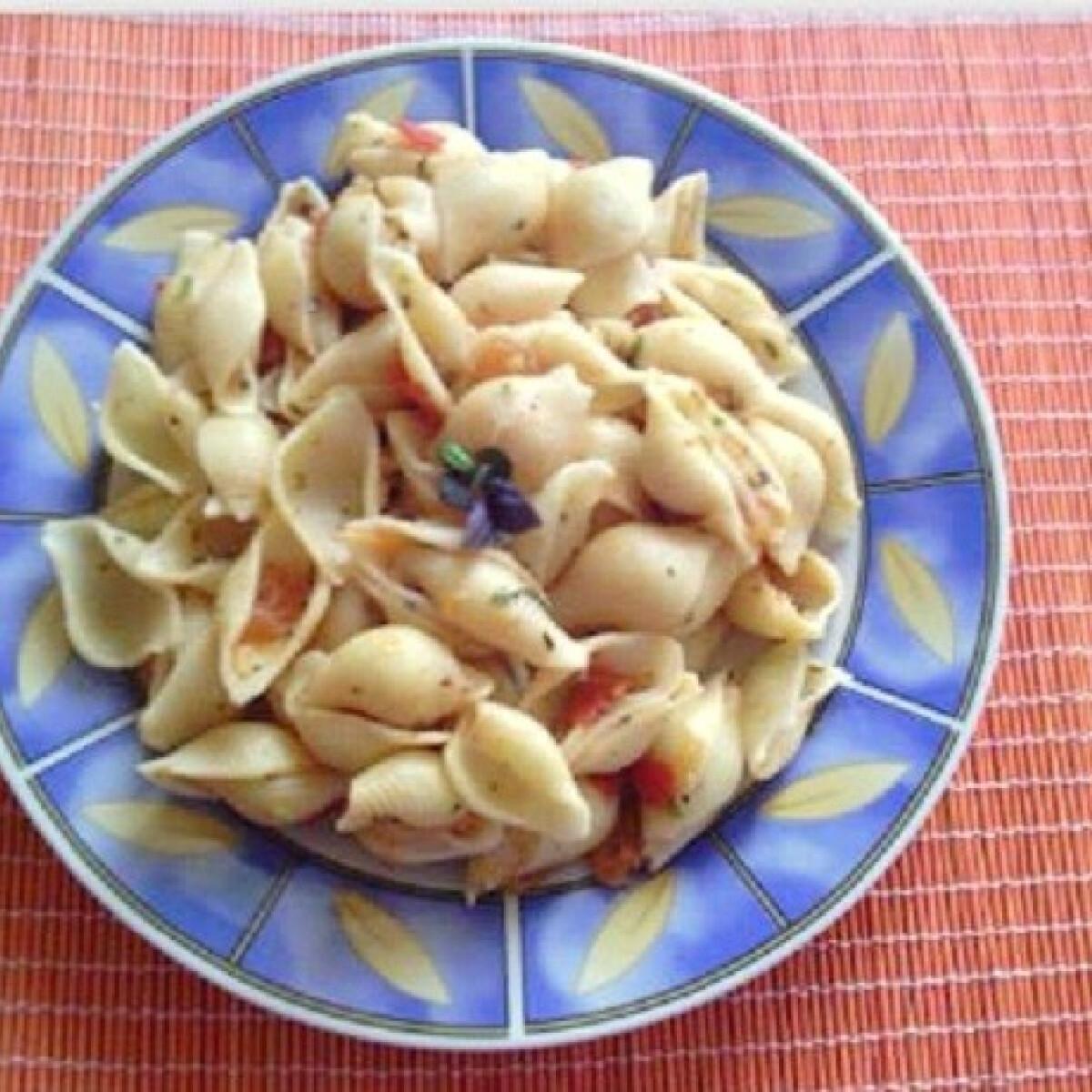 Ezen a képen: Paradicsomos-bazsalikomos tészta