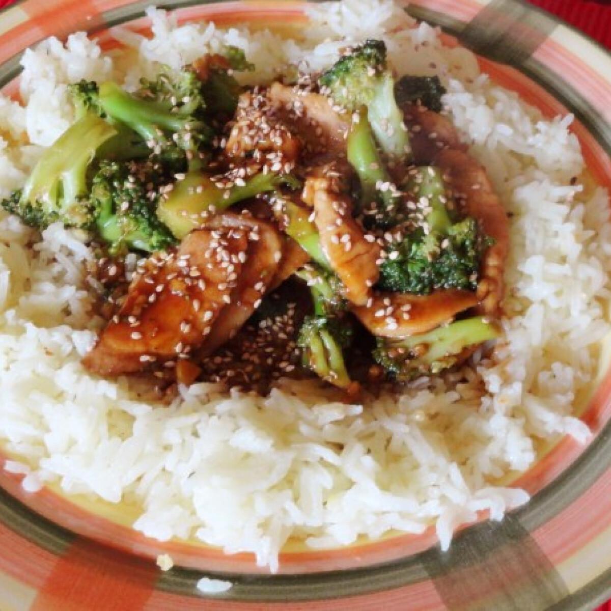 Ezen a képen: Brokkolis csirkemell Glaser konyhájából