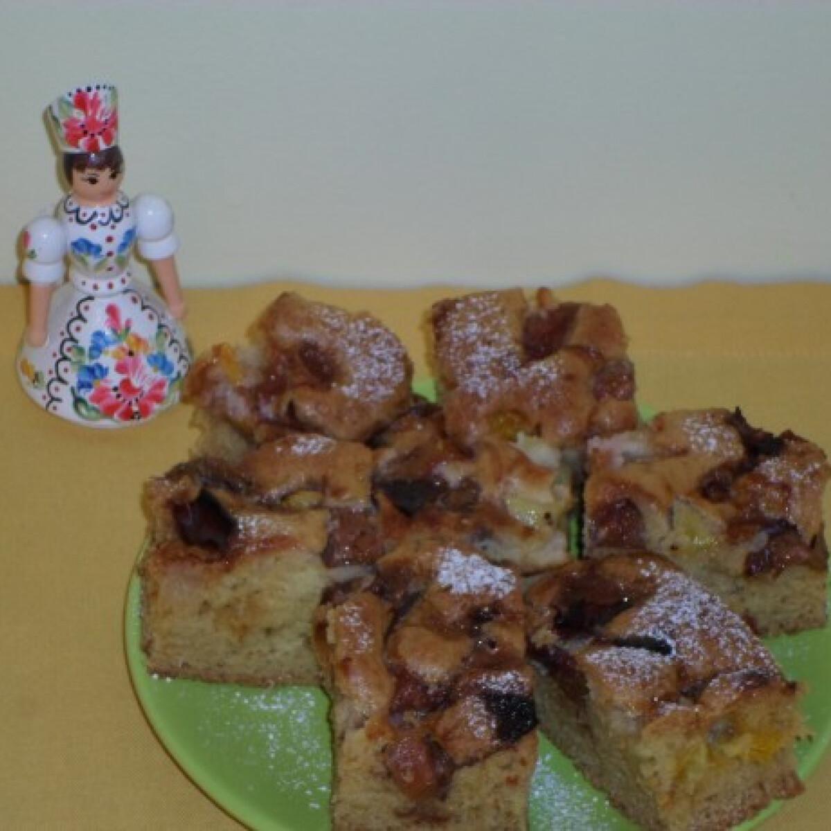 Ezen a képen: Almás-szilvás bögrés süti