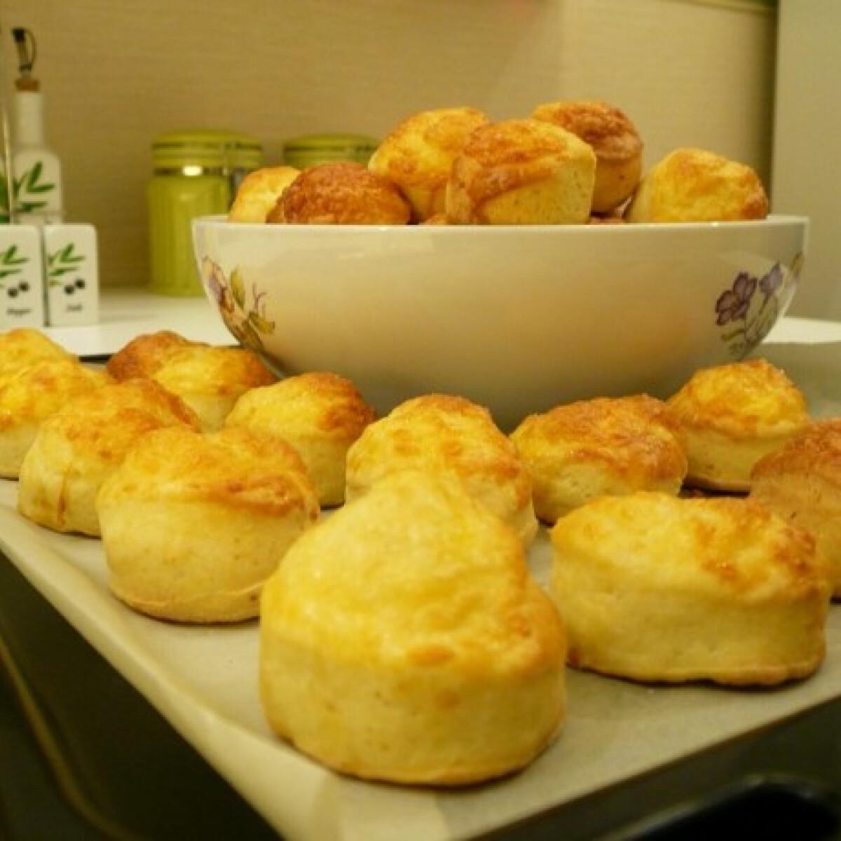 Ezen a képen: Hűtőben pihentetős sajtos pogácsa
