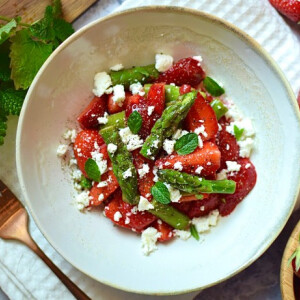 Tízperces eper-spárga saláta