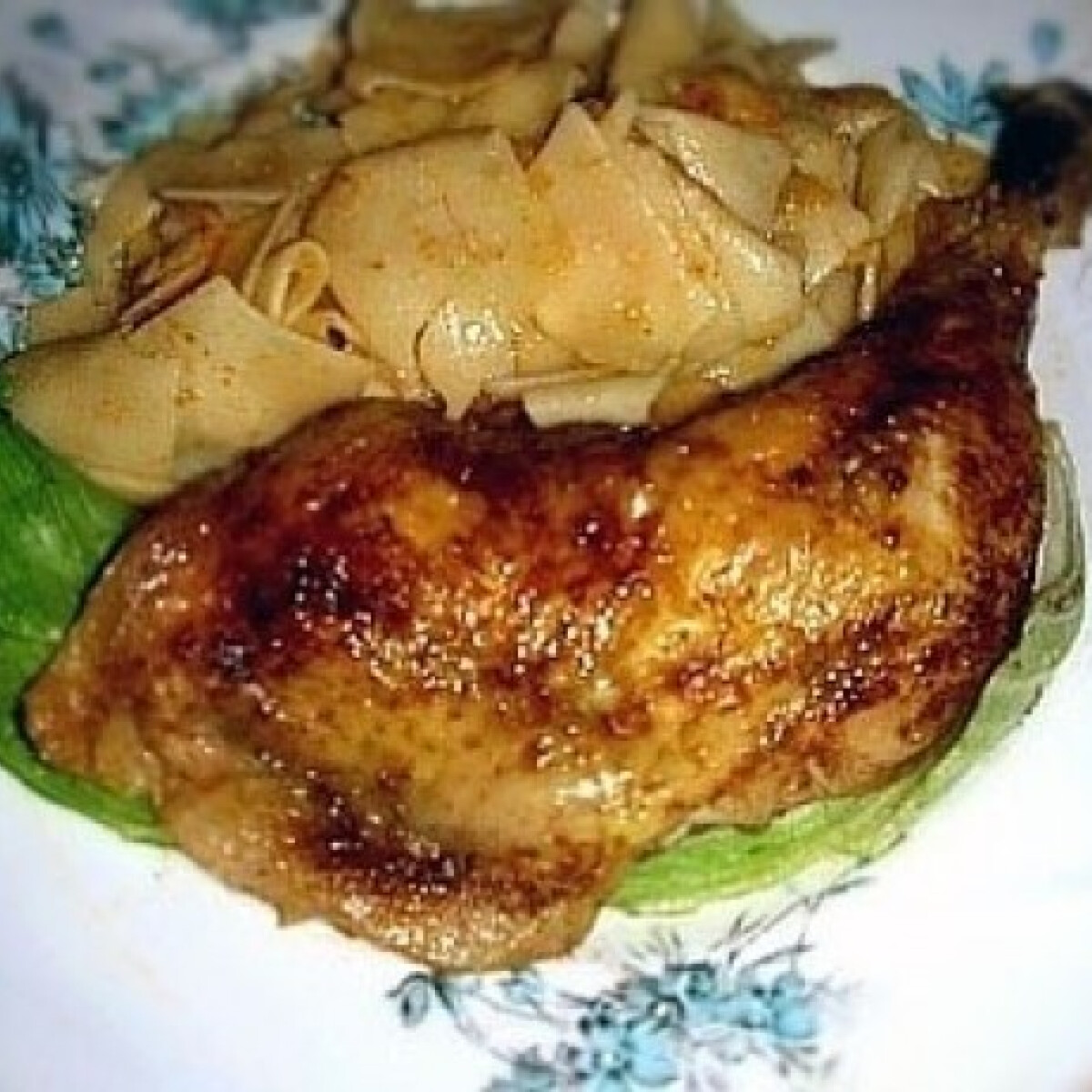 Ezen a képen: Sült csirkecomb káposztás cvekedlivel