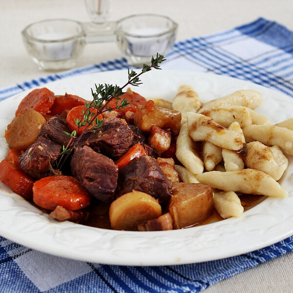 Burgundi marha krumplinudlival