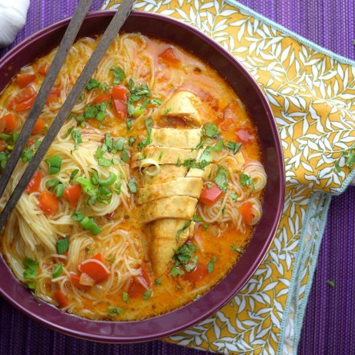 Thai vörös currys csirkeleves rizstésztával