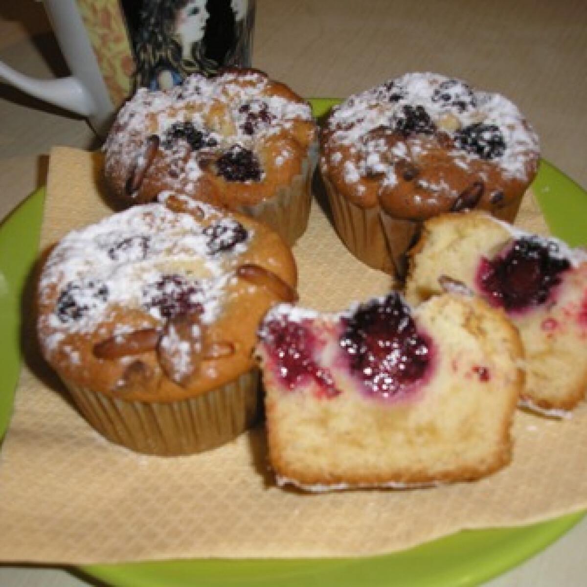 Ezen a képen: Marcipános-feketeszedres muffin